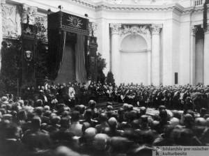 """Feier der Schluásteinlegung im Berliner Reichstagsgeb""""ude - Kaiser Wilhelm II. und die Ehreng""""ste im achteckigen Kuppelsaal."""