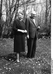 431px-Bundesarchiv_B_145_Bild-F015447-0012__Bonn__Ludwig_Erhard_mit_Ehefrau_im_Garten